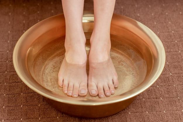 Cuidados de belas pernas na tigela