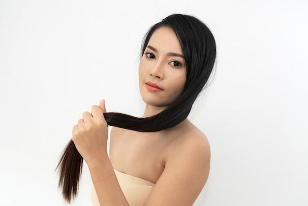 Cuidados de saúde de beleza linda mulher com cabelo liso liso preto brilhante longo isolado