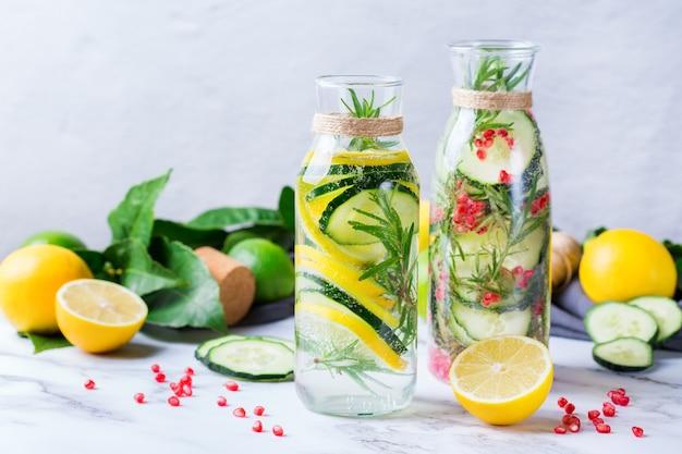 Cuidados de saúde, fitness, conceito de dieta de nutrição saudável. fresco fresco limão pepino alecrim romã infundido água, bebida desintoxicante, limonada em uma jarra de vidro para dias de primavera verão.