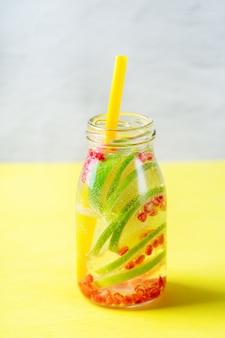 Cuidados de saúde, fitness, conceito de dieta de nutrição saudável. limão fresco, pepino, alecrim, água infundida, bebida desintoxicante, limonada em uma jarra de vidro para os dias de primavera e verão.