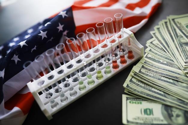 Cuidados de saúde nos eua. estetoscópio médico em uma bandeira dos estados unidos, banner. conceito de seguro saúde americano