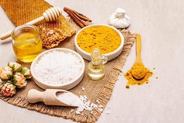Cuidados pessoais com ingredientes naturais. conceito de spa saudável. açafrão, sal marinho, mel, canela, óleo.