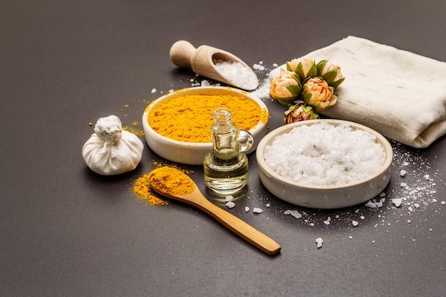 Cuidados pessoais com ingredientes naturais. conceito de spa saudável. açafrão, sal marinho, óleo, toalha.