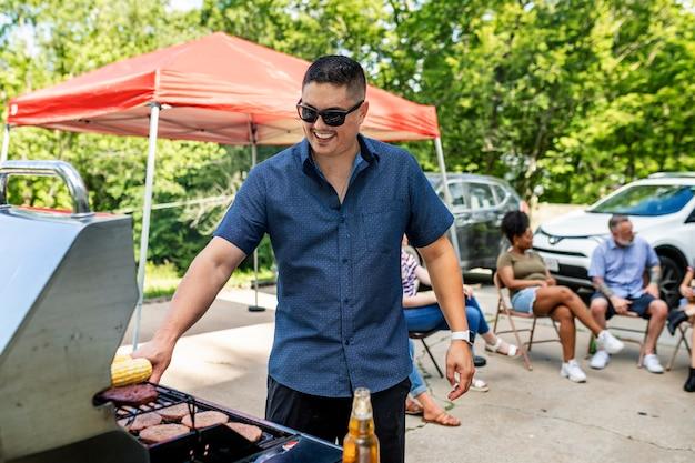 Cuidando da churrasqueira em uma festa ao ar livre