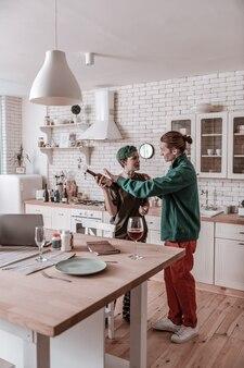 Cuidando. namorado carinhoso vestindo jaqueta verde chegando e cuidando da namorada bêbada