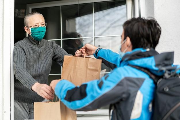 Cuidar de idosos durante a pandemia, fornecendo-os