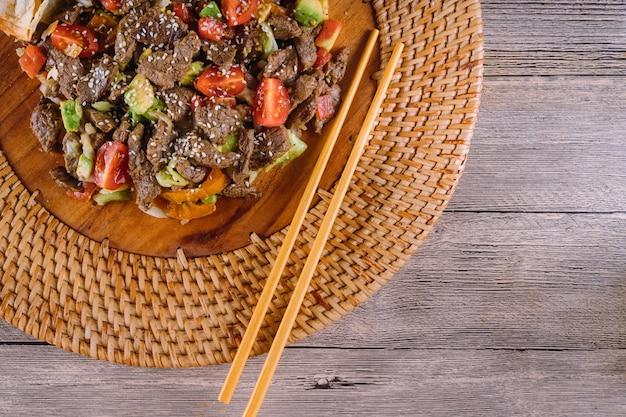 Culinária asiática, vietnamita ou tailandesa. carne com legumes