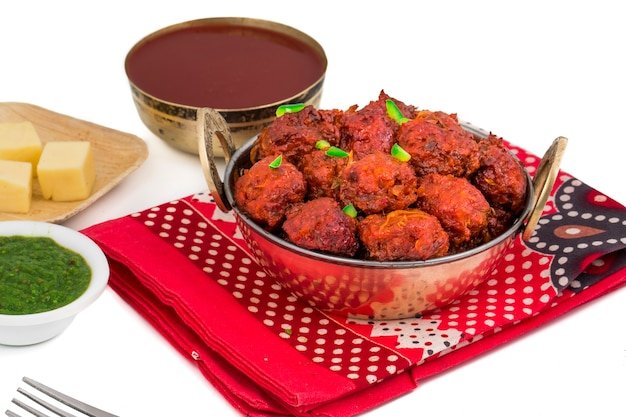 Culinária indiana manchurian vegetal no fundo branco