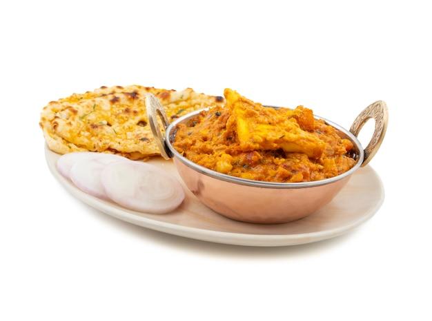 Culinária indiana paneer doce e picante pasanda servido com alho naan no fundo branco