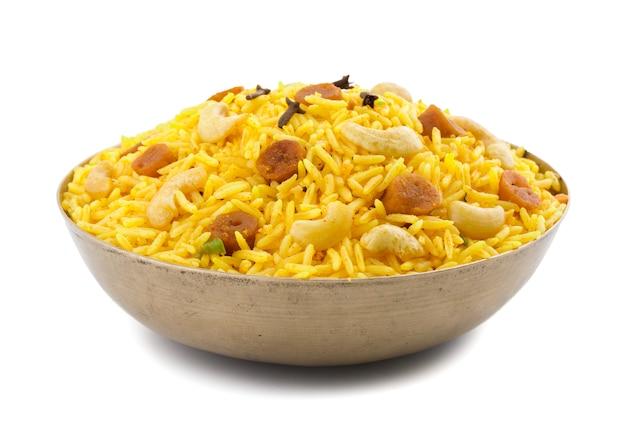 Culinária indiana pulao no fundo branco