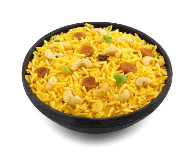 Culinária indiana pulao ou pulav isolado no fundo branco