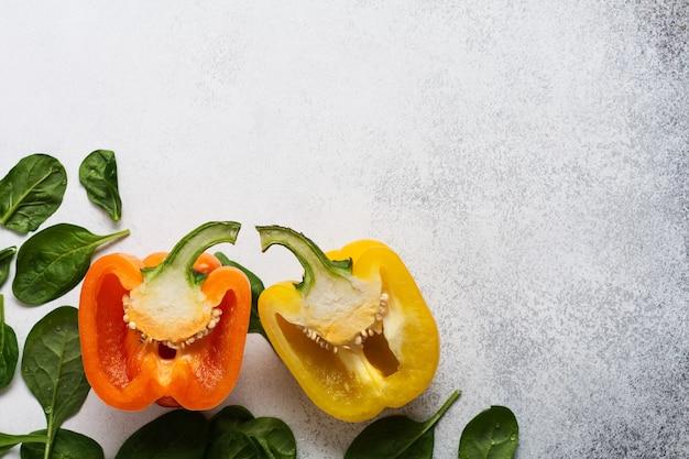 Culinária. ingredientes frescos para comer vegetais, especiarias, ervas e azeite de oliva concreto cinza velho