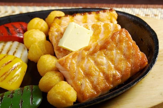 Culinária japonesa. bife de salmão com legumes