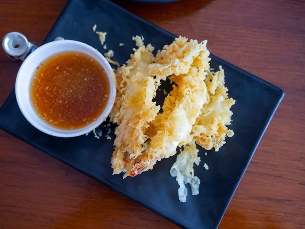 Culinária japonesa - camarão tempura (camarão frito) com molho.