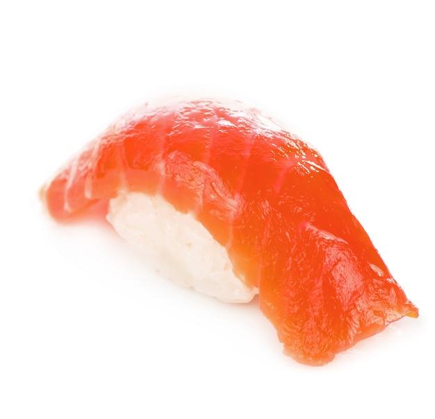 Culinária japonesa. nigiri de sushi de salmão isolado no fundo branco.