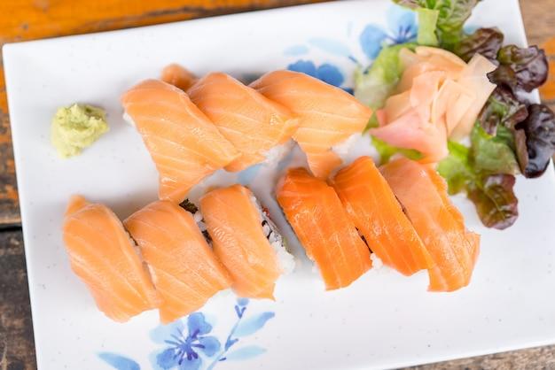 Culinária japonesa - rolinhos de salmão sushi