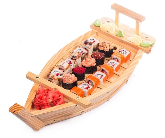 Culinária japonesa. sushi e rolos conjunto isolado no fundo branco.