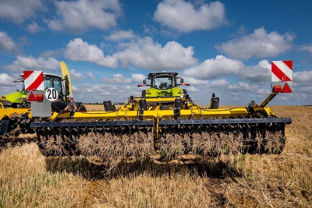 Cultivador de discos múltiplos, sistema de preparo do solo em operação com trator no campo