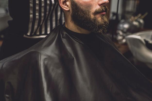 Cultivar clientes e barbeiros no salão de beleza