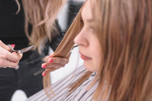 Cultivar estilista fazendo corte de cabelo