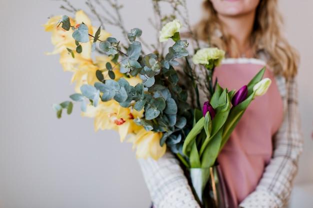 Cultivar florista segurando vaso na loja