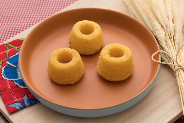 Cultura brasileira. mini bolo de farinha de milho em uma bela placa rústica