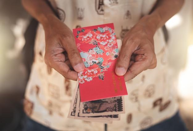 Cultura chinesa no ano novo chinês, as pessoas vão dar envelope vermelho.