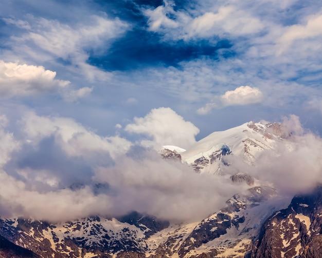 Cume coberto de neve topo da montanha no himalaia