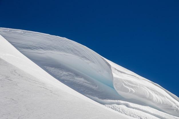 Cume da montanha coberto de neve branca no inverno