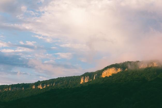 Cume da montanha de verão