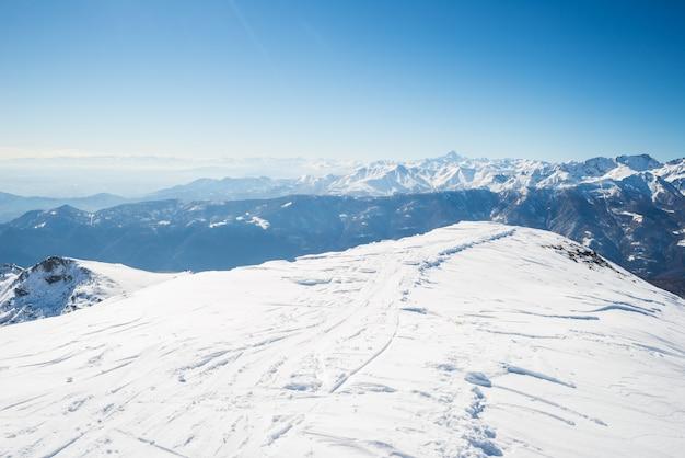 Cume de montanhas cobertas de neve