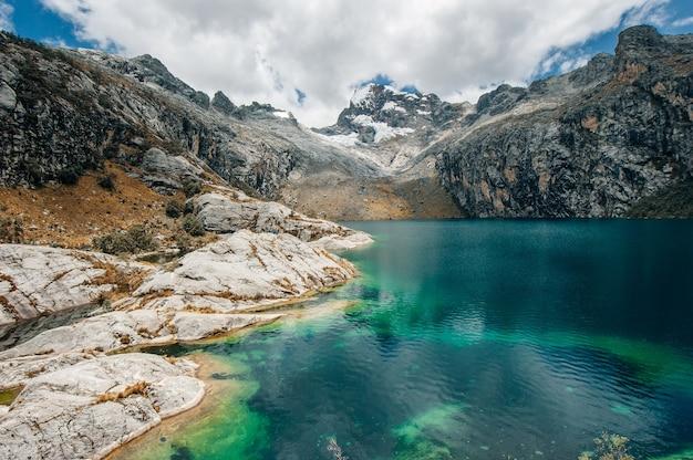 Cume de nev churup e laguna, parque nacional huascaran nos andes, américa do sul.