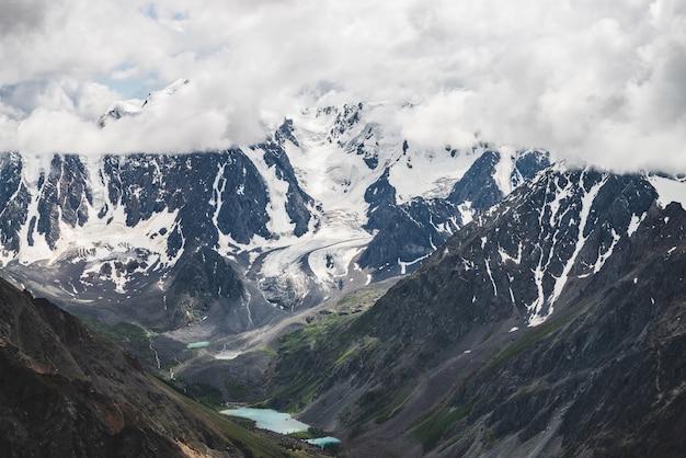 Cume nevado gigante e vale com lagos de montanha