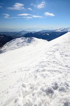 Cume nevado panorâmico