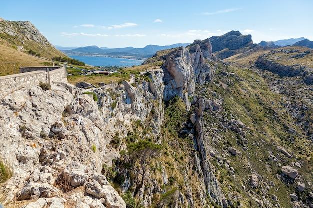 Cume. ridge com uma plataforma de observação que oferece uma vista maravilhosa e é um caminho sinuoso.