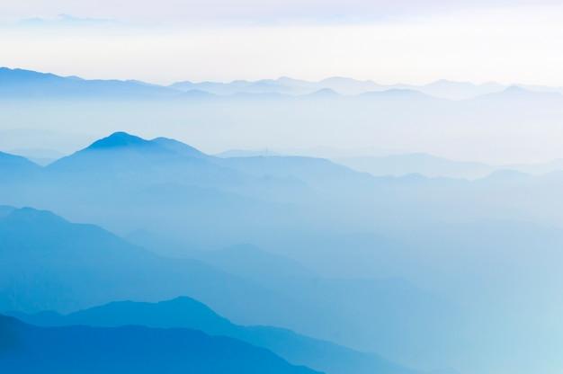 Cumes montanhosos com neblina cênica no japão no início da manhã