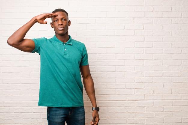 Cumprimentando a câmera com uma saudação militar em um ato de honra e patriotismo, mostrando respeito