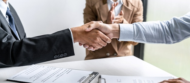 Cumprimentando novos colegas, aperto de mão durante a entrevista de emprego, candidato do sexo masculino apertando as mãos do entrevistador ou empregador após uma entrevista de emprego, conceito de emprego e recrutamento.