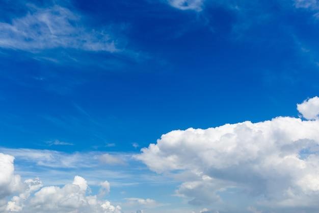 Cúmulos brancos e um céu azul
