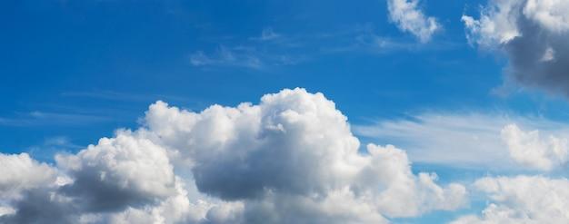 Cúmulos brancos no céu azul em um dia ensolarado