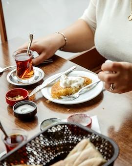 Cunefe doce turco com sorvete e uma xícara de chá