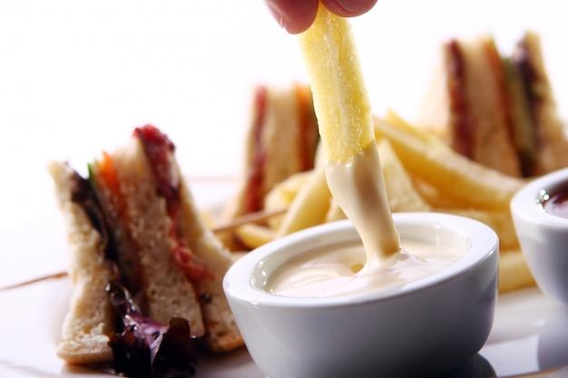 Cunha de batatas fritas em molho