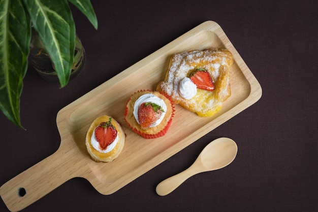 Cup cake strawberry com morango vol au vent e morango dinamarquês quadrado