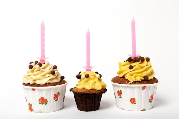 Cupcake caseiro de aniversário com vela