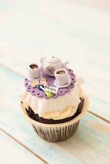 Cupcake com cafeteira e xícaras de açúcar. o conceito de dia das mães