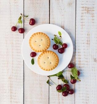 Cupcake com cerejas em placas de madeira brancas