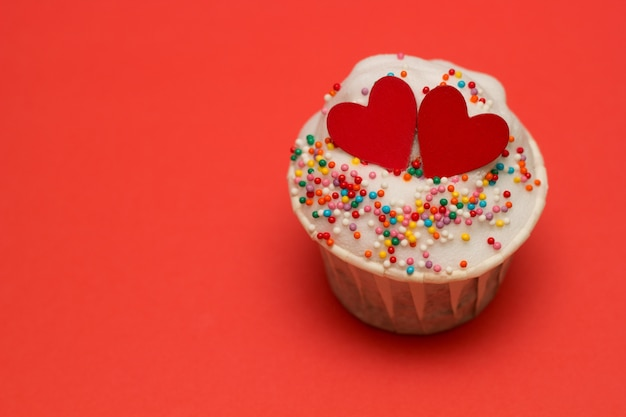 Cupcake com corações vermelhos