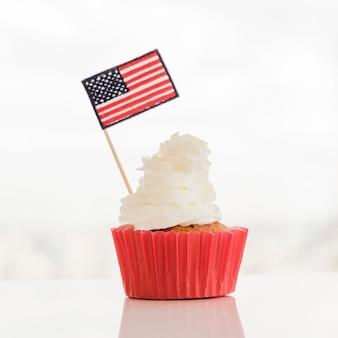 Cupcake com creme e bandeira eua