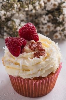 Cupcake com flocos de framboesa e coco. queque raffaello. fechar-se