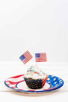 Cupcake com granulado e bandeiras de papel